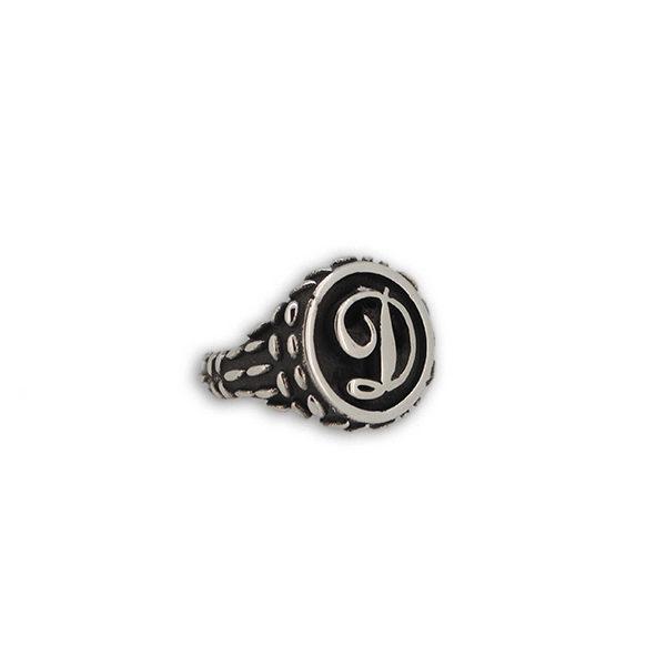 anello con iniziale a rilievo mandorlato