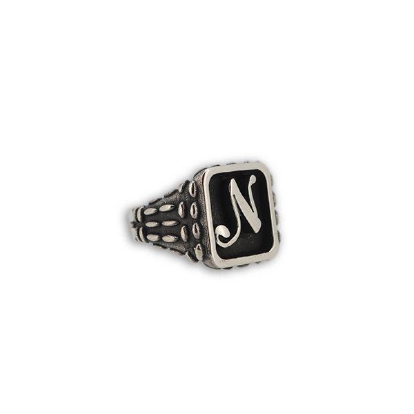 anello quadrato a rilievo mandorlato